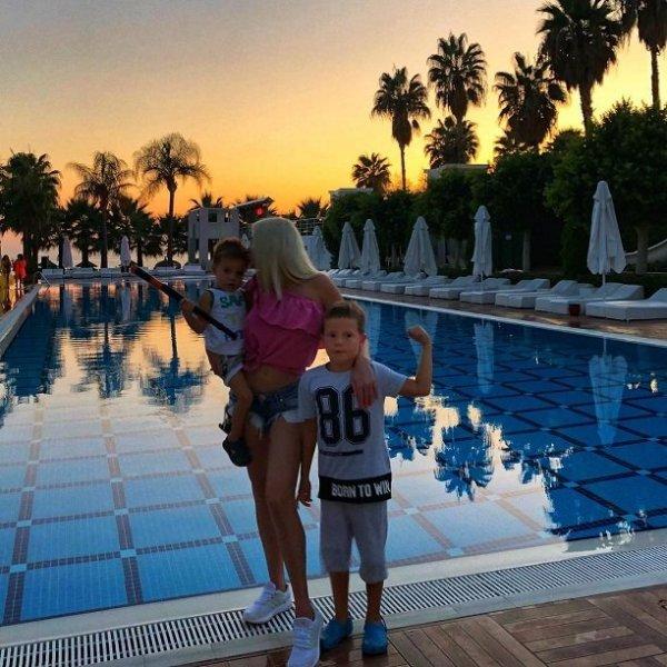 Пока Дарья Пынзарь живёт в Турции с детьми, муж изменяет ей