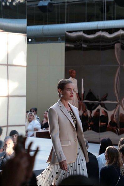 Ирина Шейк и Наталья Водянова обрадовались друг другу за кулисами показа Burberry: фото бекстейджа