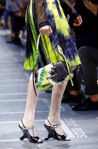 Неделя моды в Милане: Кайя Гербер в необычном образе на показе Prada