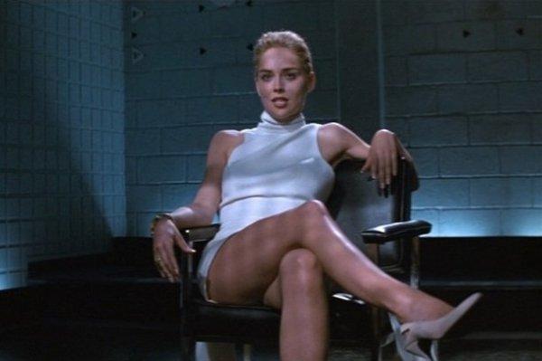 Юлия Пересильд, раскинула ножки, повторяя трюк Шэрон Стоун из «Основного инстинкта»