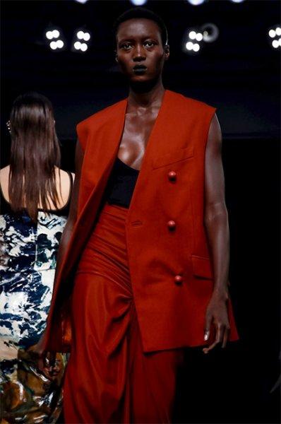 Неделя моды в Париже: Тина Кунаки и другие звезды на показе Mugler