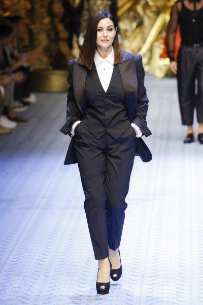 Моника Беллуччи показала фигуру в полупрозрачном платье