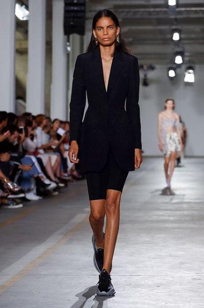 Неделя моды в Милане: сестры Хадид и Венсан Кассель с Тиной Кунаки на показе Roberto Cavalli