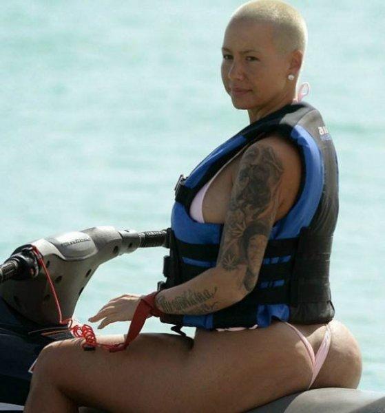 Интернет взорвала фото Эмбер Роуз, удовлетворяющей себя перед зеркалом