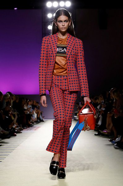 Неделя моды в Милане: Ирина Шейк, Кендалл Дженнер, Рози Хантингтон-Уайтли на показе Versace