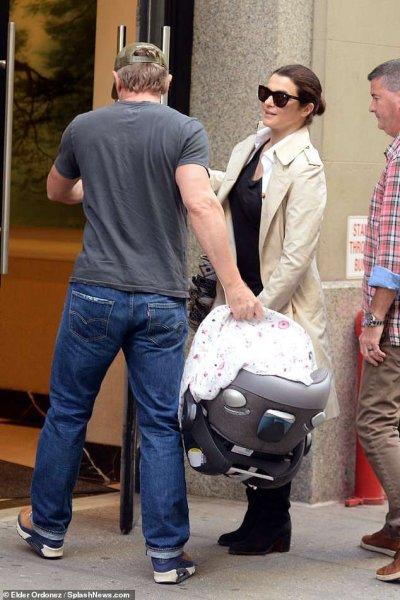 Фотографы сделали первое фото новорожденной дочки Дэниела Крейга и Рэйчел Вайс