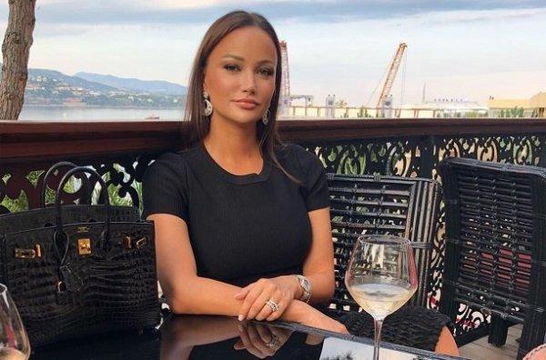 Модель и телеведущая Fashion TV Инга Повседная готовит подарок для девушек