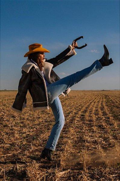 Модный дайджест: от Синди Кроуфорд в роли ковбоя до распродажи звездных вещей в интернете
