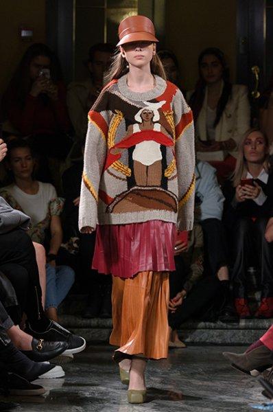 Модный дайджест: Виктория Лопырева в Дубае, бездомные на Неделе моды и шарф-вульва