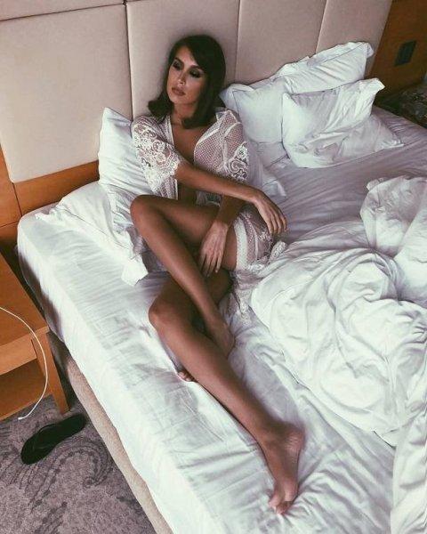 Кэти Топурия поделилась пикантными снимками без белья в прозрачном пеньюаре