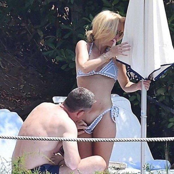 Возлюбленный Джиллиан Андерсон оттопырил трусики актрисы во время отдыха на пляже