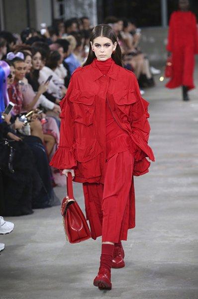 Миллион алых роз и два наряда: Кайя Гербер запомнилась яркими образами на показе в Токио