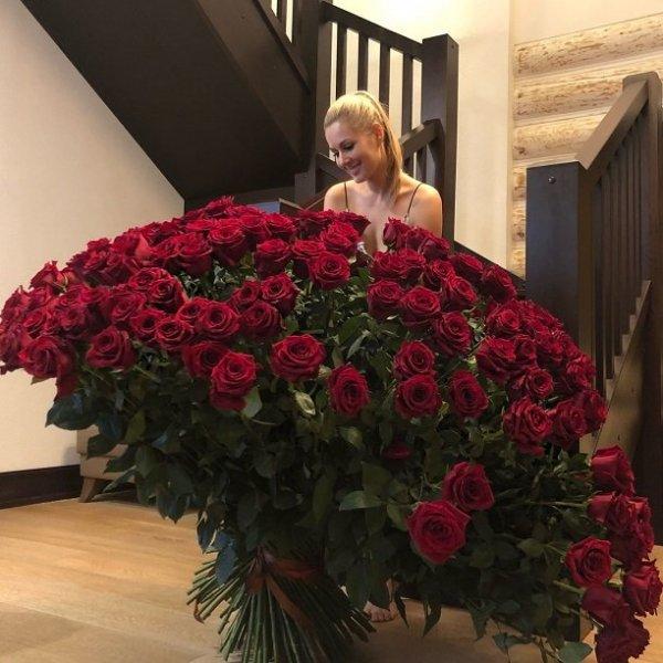 Мария Кожевникова получила в подарок букет, который больше её в 10 раз