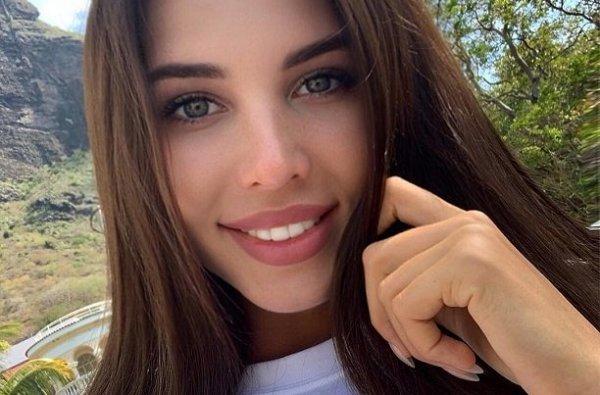 Грудь Анастасии Решетовой почти вывалилась из платья