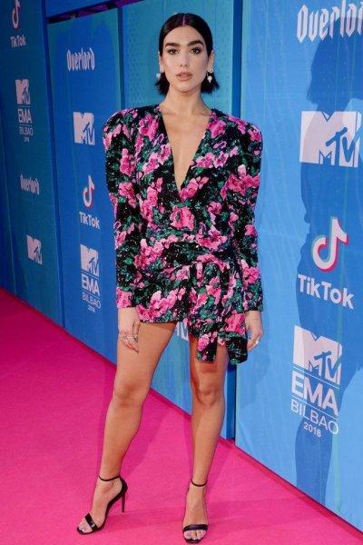 Дуа Липа показала стройные ножки в ультракоротком платье