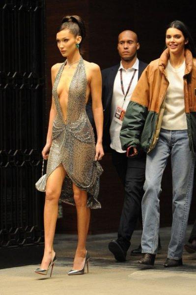 Белла Хадид вышла к папарацци в совершенно прозрачном платье