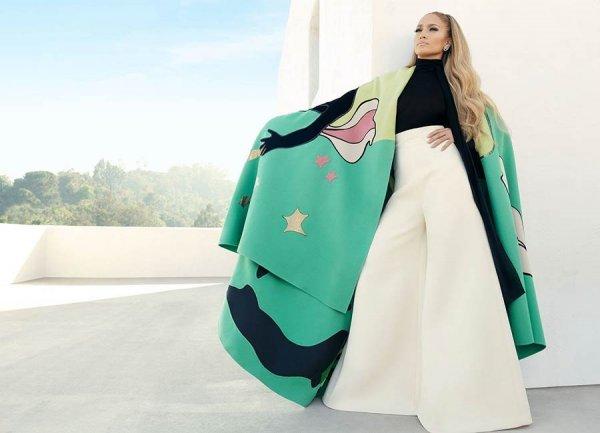 Дженнифер Лопес произвела фурор голым платьем без нижнего белья