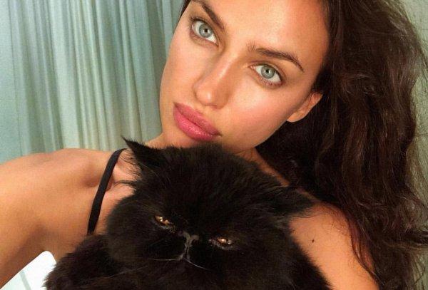 Ирина Шейк поделилась сексуальным снимком в черном бикини
