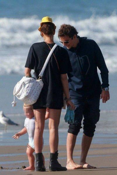 Ирина Шейк и Брэдли Купер отдохнули с дочкой на пляже
