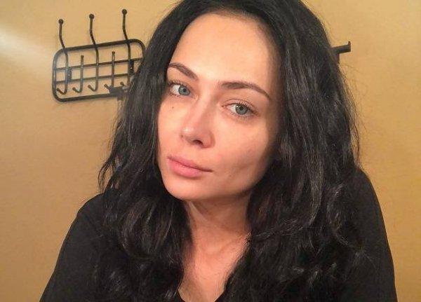 Опубликовав фото из детства, Настасья Самбурская откровенно рассказала о пластике носа