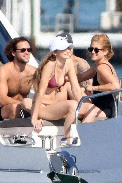 Джиджи Хадид оттянулась с друзьями на роскошной яхте