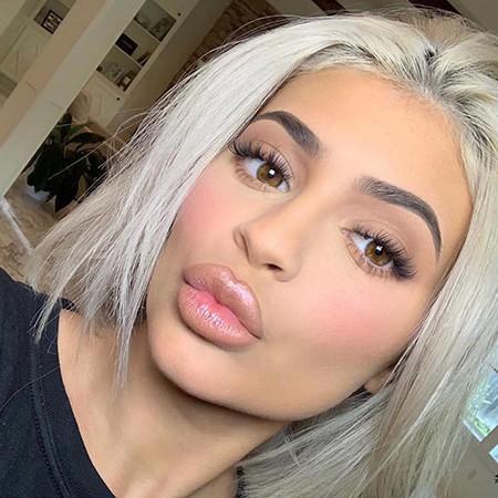 Посыпала голову пеплом: Кайли Дженнер предложила оценить ее новый оттенок волос