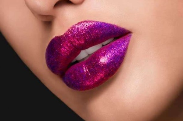 Блестящий выход: гид по новогоднему макияжу с глиттером