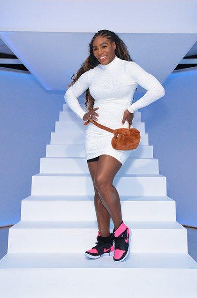 Серена Уильямс вышла на подиум в белом мини-платье