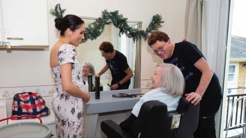Меган Маркл посетила дом престарелых и пошутила на счет беременности