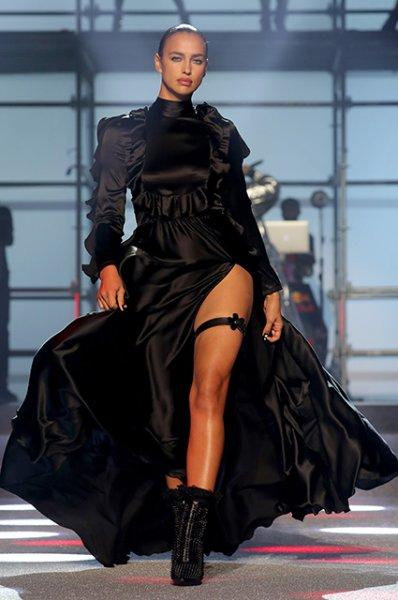 Сплетенье рук, сплетенье ног: Ирина Шейк в необычной позе снялась для мексиканского Vogue