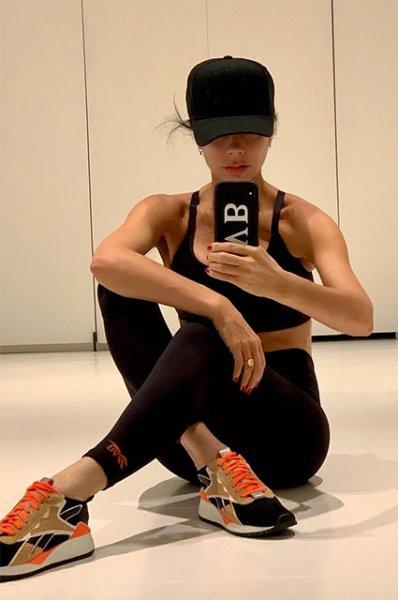Ноги вверх: Виктория Бекхэм в своей любимой позе на утренней зарядке в Нью-Йорке