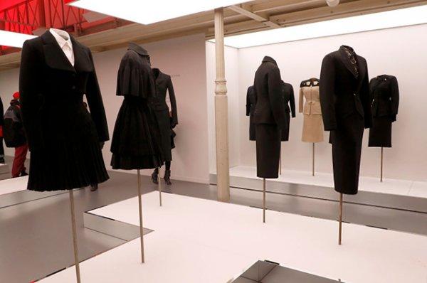 Наталья Водянова и Наоми Кэмпбелл на открытии мемориала Аззедина Алайи в Париже
