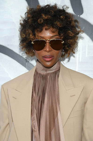 Кудри вьются: Наоми Кэмпбелл появилась на показе Louis Vuitton с необычной прической
