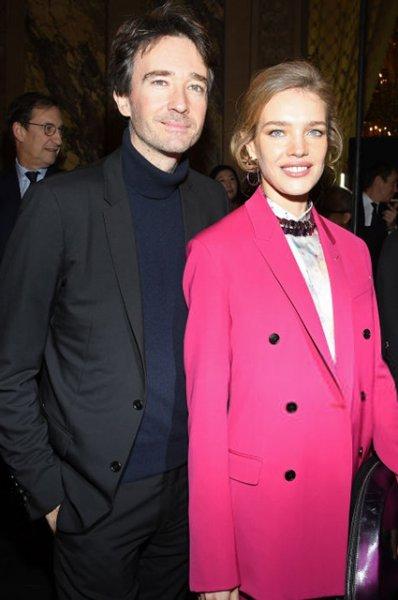 Наталья Водянова в ярко-розовом костюме посетила показ Berluti вместе с Антуаном Арно