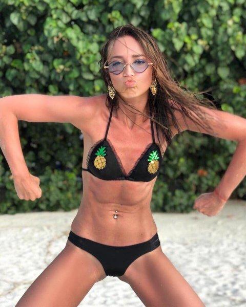 Ольга Бузова удивила сеть «детским» купальником