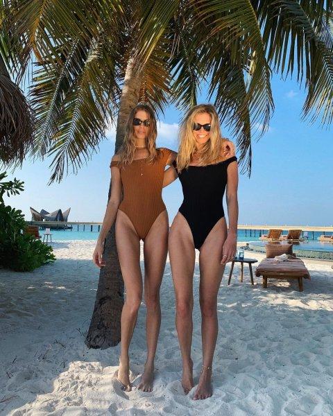 Вера Брежнева и Елена Перминова загорают на пляже, оставив своих мужей дома