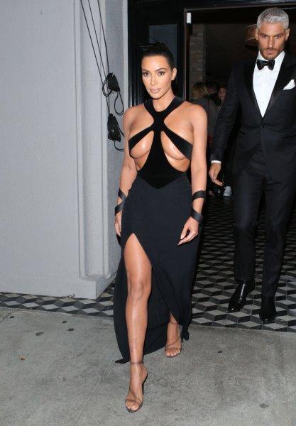 Ким Кардашьян произвела фурор возмутительно откровенным нарядом
