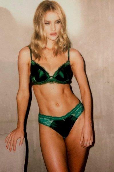 Рози Хантингтон-Уайтли лично представила свою коллекцию нижнего белья: поклонники не в восторге