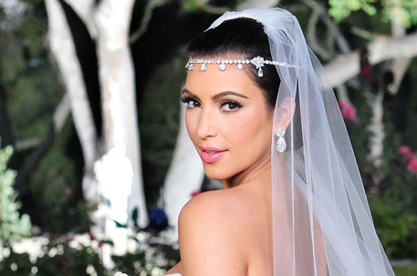 Бьюти-дайдждест: от мейкап-линии Ким Кардашьян для невест до расчесок для собак