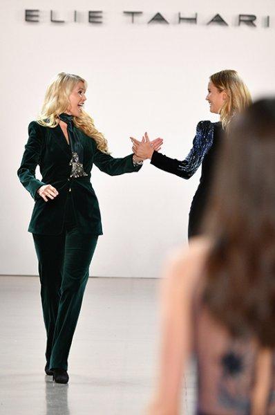 Дай пять! Кристи Бринкли вышла на подиум вместе с дочерью Сейлор на показе в Нью-Йорке
