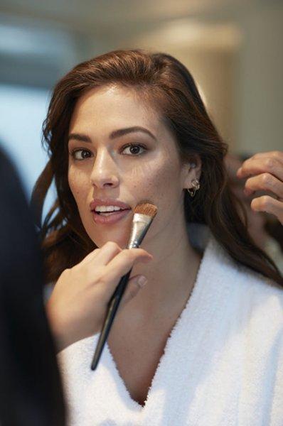 """Бьюти-дайджест: от Эшли Грэм в рекламе Revlon до """"русалочьих"""" кистей для макияжа"""