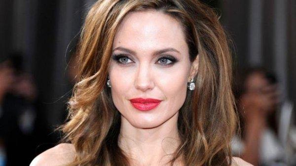 Анджелина Джоли впервые за долгое время вышла в свет со всеми детьми
