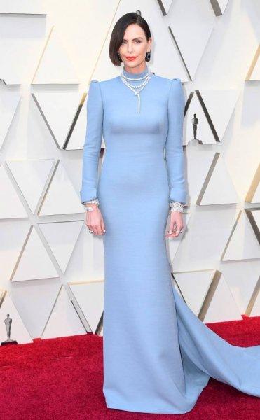 Шарлиз Терон в неоднозначном платье с открытой спиной на «Оскар-2019»