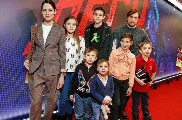 Юлия Снигирь и Евгений Цыганов впервые появились на публике с шестью детьми