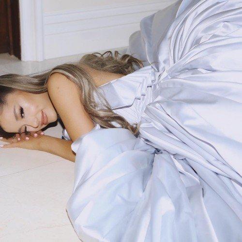 Ариана Гранде в шикарном платье празднует победу в номинации Grammy