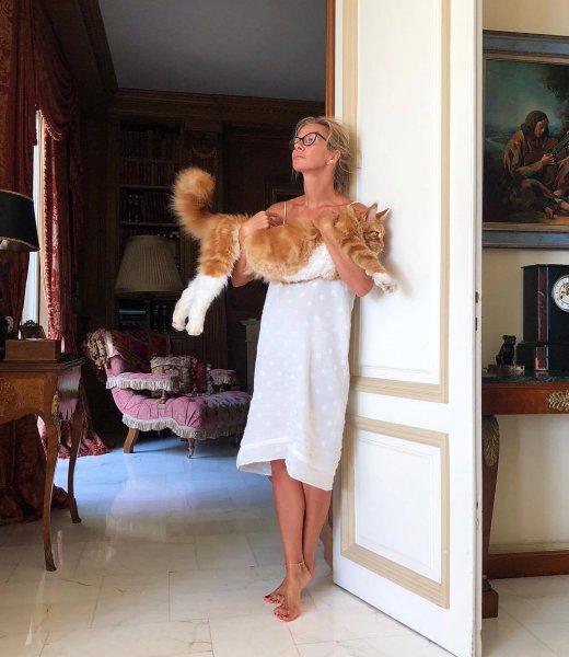 Ника Белоцерковская очаровала кадром в купальнике и с котом