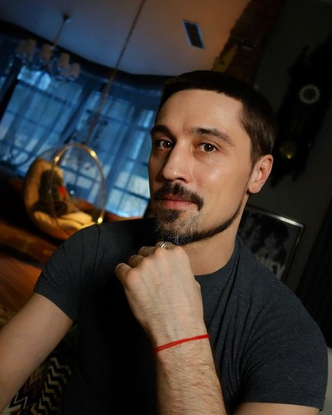 Дима Билан пришел за званием заслуженного артиста на костылях