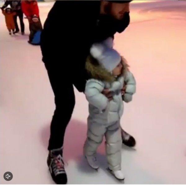 2-летняя дочка Пелагеи встала на коньки
