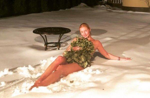 Балерина Анастасия Волочкова нырнула в снег