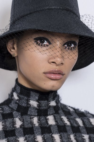 Бьюти-дайджест: от макияжа с показа Dior до онлайн-диагностики акне